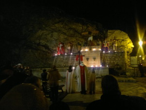 celebrazione di una stazione della Via Crucis del venerdì Santo a San Rocco. A Pescasseroli è forte la tradizione di preparare altarini (spùneke) con scene religiose