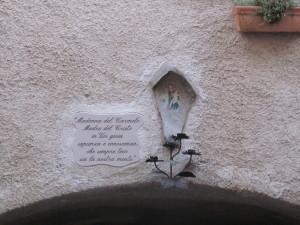 decorazione dedicata alla Madonna del Carmelo sull'arco Miseria in v. Valle S. Paolo, vicino piazza Umberto I
