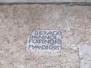 iscrizione sulla facciata dell'antica sede comunale in via della Piazza