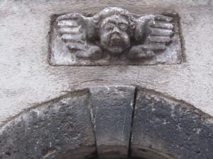 particolare di un portale in v. Valle S. Paolo