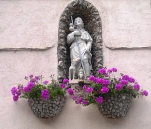 Statuina di San Rocco vicina alla omonima fontana