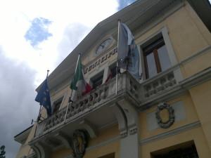 bandiere sulla sede comunale di Pescasseroli
