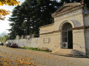 il cimitero, sulla strada da cui parte il sentiero del Castello. Fu deciso di costruirlo qui nel 1865