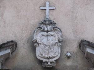 particolare sulla facciata della chiesa del Carmelo (foto Stefano Dark)