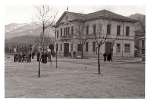 vecchia foto della piazza, lato municipio (foto PNALM)