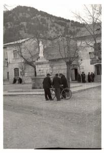 vecchia fotografia della fontana in piazza Sant'Antonio (foto PNALM)